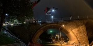 重卡连撞5车后冲下鹿寨大桥 致1死2伤