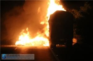一板材运输车途中起火 消防奋战5小时扑救