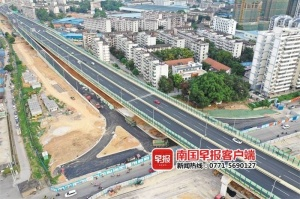 <b>高清:南寧東西向快速路主線匝道8月底全部通車</b>