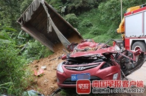 """慘烈!小車幾乎被壓成一塊""""鐵餅"""" 事故致1死4傷"""