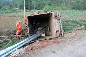 小货车不慎侧翻农田 造成一名驾驶员被困(组图)