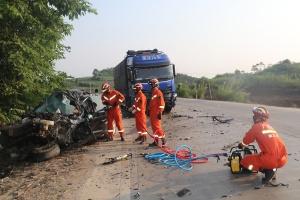 小轿车与货车相撞 消防破拆小车车门营救司机(图)