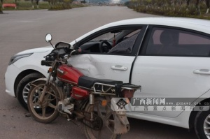 钦州:小车突然转弯 摩托车避?#35980;?#21450;一头撞上(图)