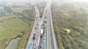 桂柳高速将迎出行高峰 交警启用无人机抓拍违法