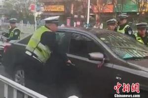 套牌車闖卡致傷兩名民警后逃逸 警方鎖定嫌疑人