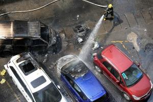 南寧某小區內一面包車起火燃燒 殃及4輛小車(圖)