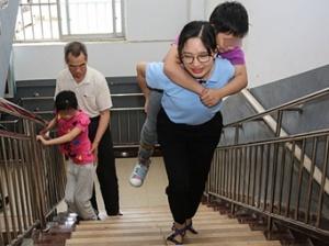 """【12小时】八级伤残的她做社工五年,成为一名""""孩子王"""""""