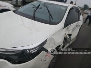 钦州��大货车突然变道 小轿车被��毁容��(图)