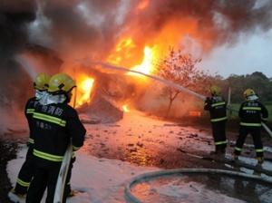 贵港:物流车起火随时可能爆炸 消防员扑救(组图)