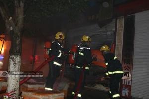 视频|河池环江一民房起火 消防员火海中惊险救人