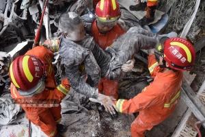 桂林:雨天路滑 大货车撞向山体两人被困(组图)