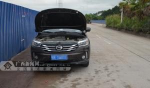 玉林��机动车道上多出一大堆石子 两车中招受损