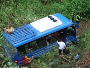 南丹一中巴车冲出路面坠落10米 造成6人受伤(图)