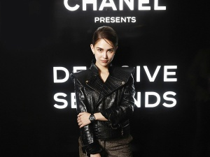 昆凌巴黎助阵Chanel酒会皮衣扮酷