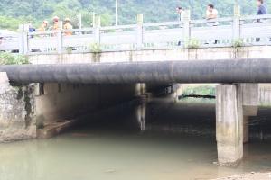 桂林:八旬老人摘?#23433;说?#27827;里 漂出三十多米后获救