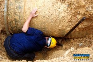 巡管员在工作坑里探查漏水点