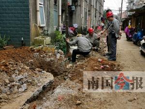 惊险!柳州一处施工挖漏管道 燃气碰撞火花致起火