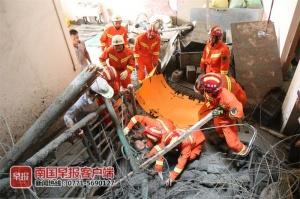 貴港一工地吊機突然滑落 致一名工人墜樓被埋壓