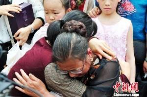 母女失散38年终相见 母亲每年织一件毛衣盼女归来