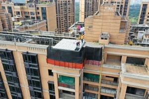 高清:南宁市竹溪大道一小区业主楼顶私建玻璃房