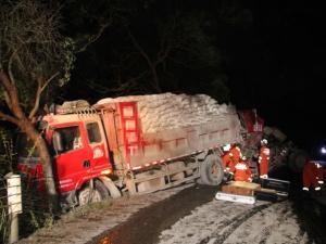 象州两货车凌晨追尾 事故造成一人死亡一人受伤