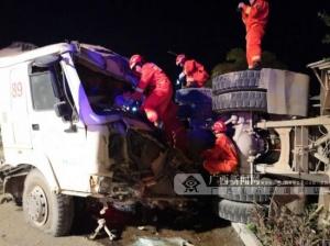兩輛水泥攪拌車碰撞受損 一被困司機獲救(圖)