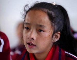 回访偷听老师上课的彝族女孩