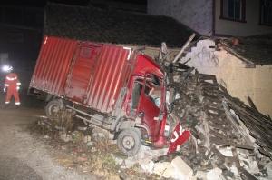 象州一货车失控撞进民房 消防破拆车门开展救援