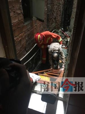 男子掉入四面封闭的墙缝中动弹不得 消防搭梯施救