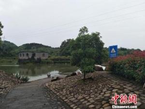 浙江衢州一女子失足落水 熱心父子合力營救