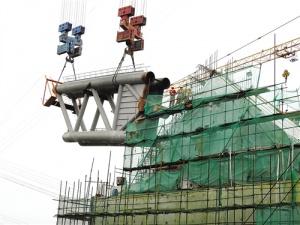 六律邕江特大橋建設進度達五成 主橋首節拱肋吊裝