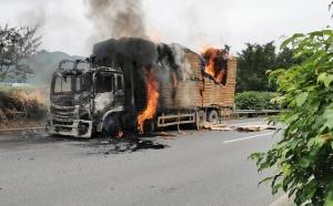 高清:南友高速一辆满载木料的货车着火