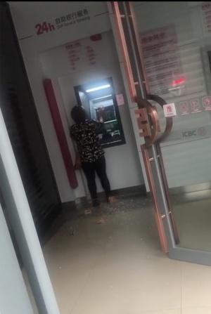 南宁女子在银行ATM机取不出现金 用砖头猛砸机器