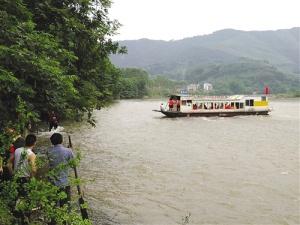 <b>贺州一渡船搁浅42人滞留江中 现场水流湍急</b>