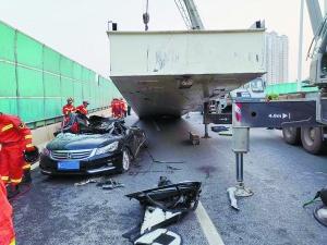 <b>南宁:小车被大货车压扁 被困3人得救后不辞而别</b>
