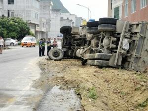 大货车发生侧翻事故 司机被列入跟踪追责对象(图)
