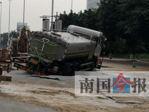 """柳州:灑水車被路面大坑困""""癱"""" 現場水流成河"""