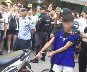 """來賓兩幫年輕仔揮舞""""關公刀""""街頭追逐 場面嚇人"""