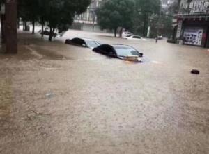 """东兴遭遇强降雨城区内涝变成""""海"""" 车辆被淹到顶"""