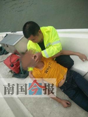 男子感情受挫欲跳河 民警劝了1个多小时拖时间