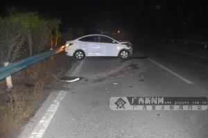 小轿车夜间行驶一头撞上护栏 事发路段没有路灯