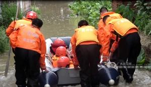 连续暴雨致忻城县道路被淹 消防护送13人回家(图)