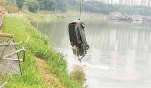 <b>冲入邕江车辆被打捞上岸 车内未发现被困者(图)</b>