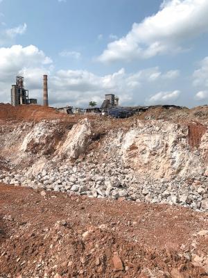 南宁一路边石料被偷采已挖出大坑 群众多次举报