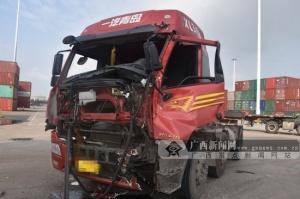钦州两辆大货车发生碰撞 一大货车车头损坏严重