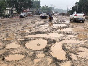 6月2日焦点图:陆川-玉林的路太烂致客车停运?