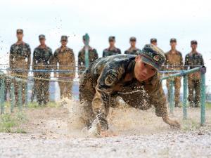 真正的男子汉 武警官兵在雨水和泥水中练硬功(图)