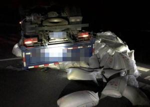 高清:一辆载满大米的货车凌晨失控侧翻高速路