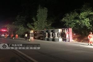 恭城一辆挂车发生侧翻一人被困 消防紧急救援(图)