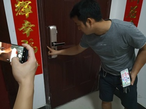 柳州一小区约30户业主房门被撬 警方介入调查(图)